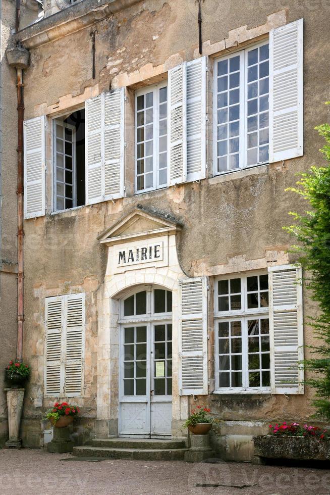 Ayuntamiento en el antiguo pueblo francés foto