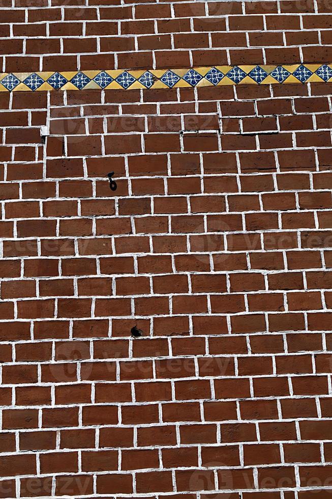 Pared de pila de ladrillos - pared de ladrillo rojo decorada, pared con textura foto