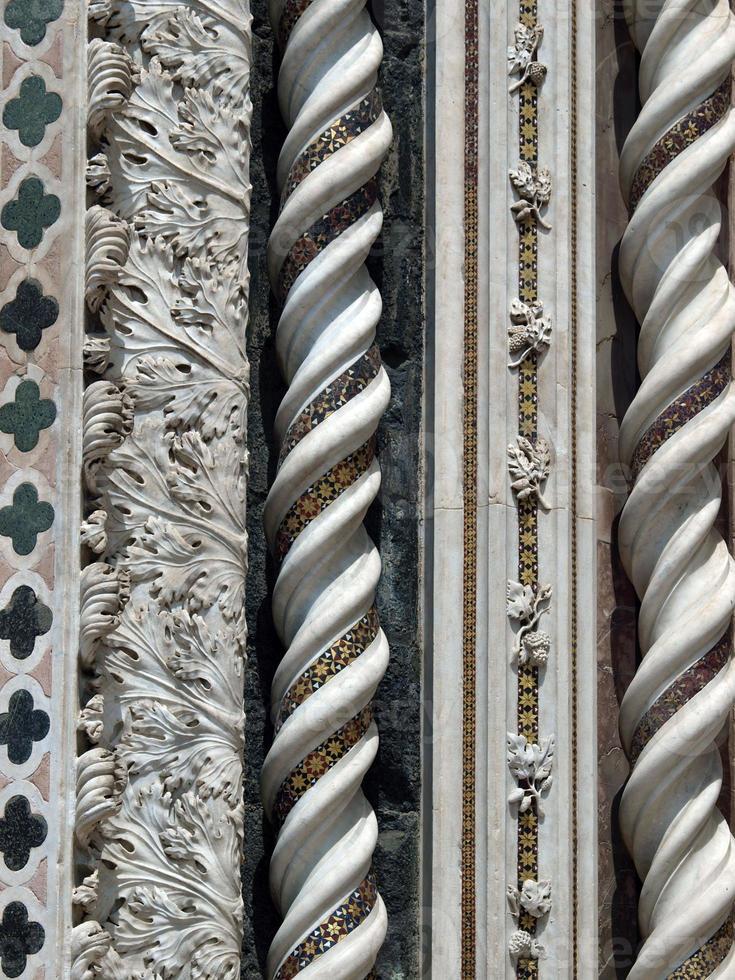 orvieto - fachada del duomo foto