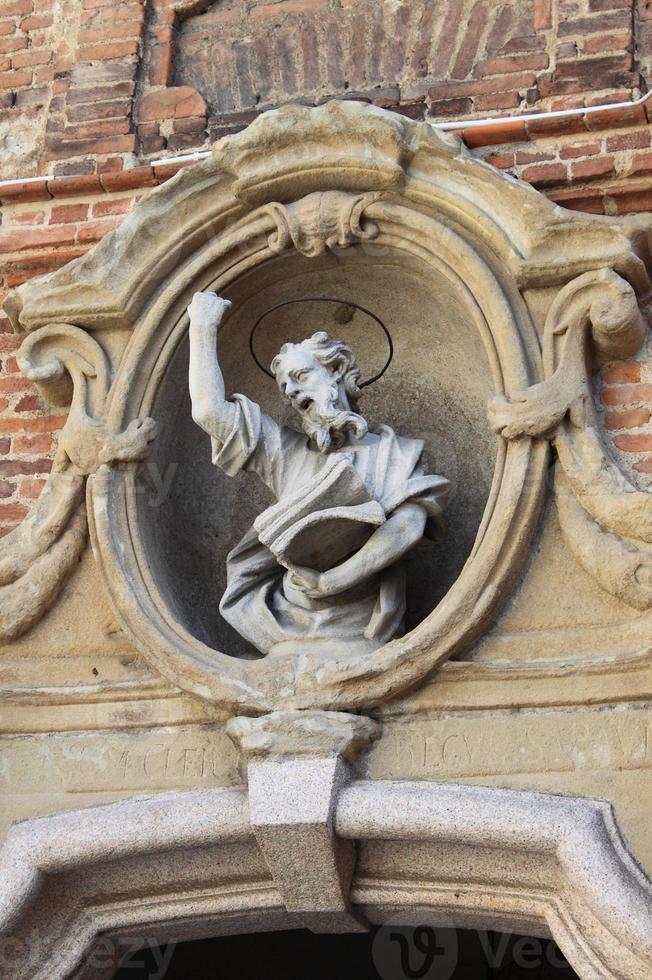 estatua de un santo en la fachada de una iglesia foto