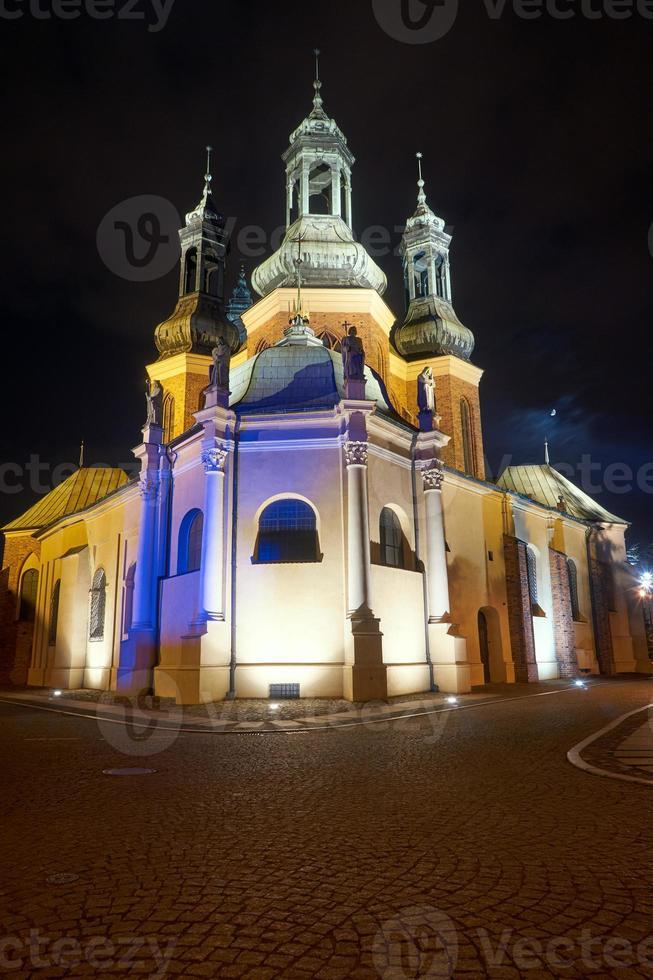 torres de la catedral gótica en la noche foto
