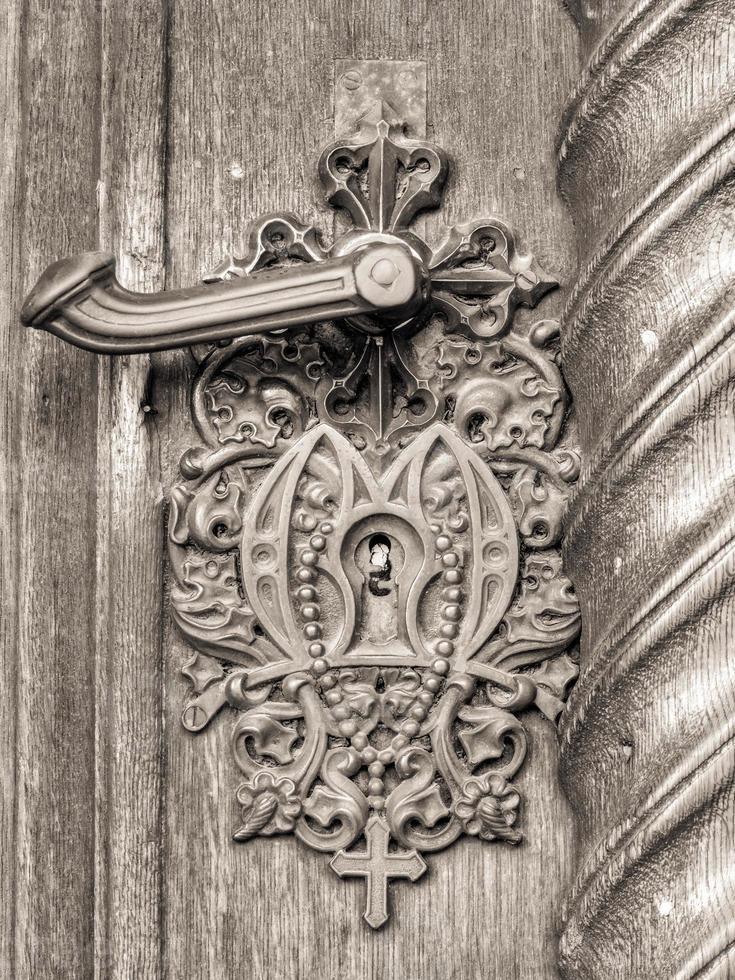 Pomo de puerta vintage en puerta antigua, fondo foto