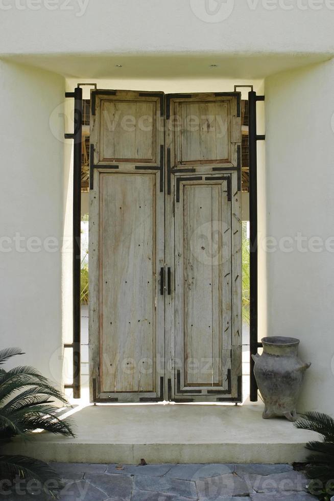 puerta de madera antigua foto