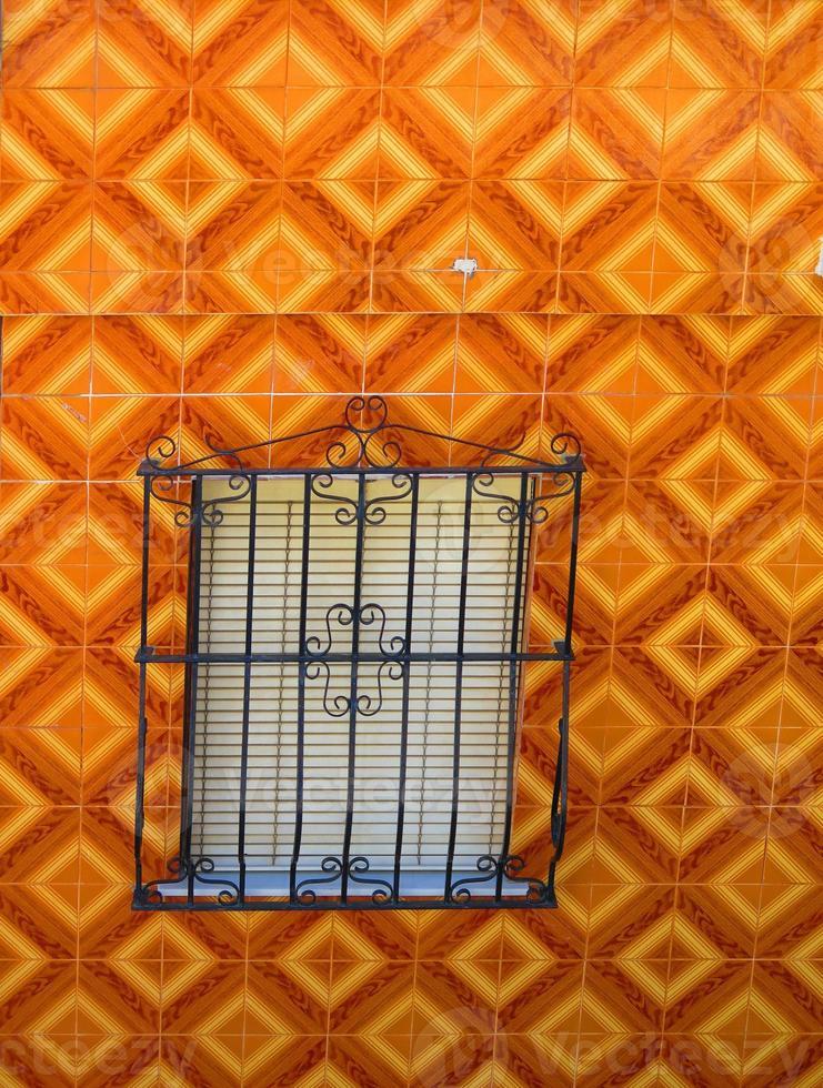 ventana y pared exterior de azulejos foto