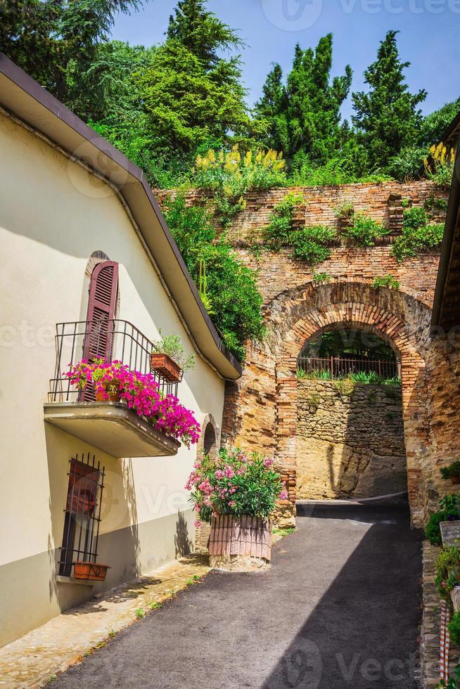 Calle italiana en una pequeña ciudad provincial de Toscana foto