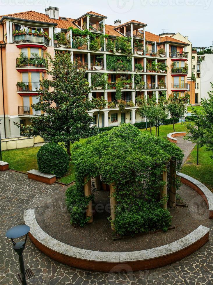 pequeño patio con hermosa glorieta foto