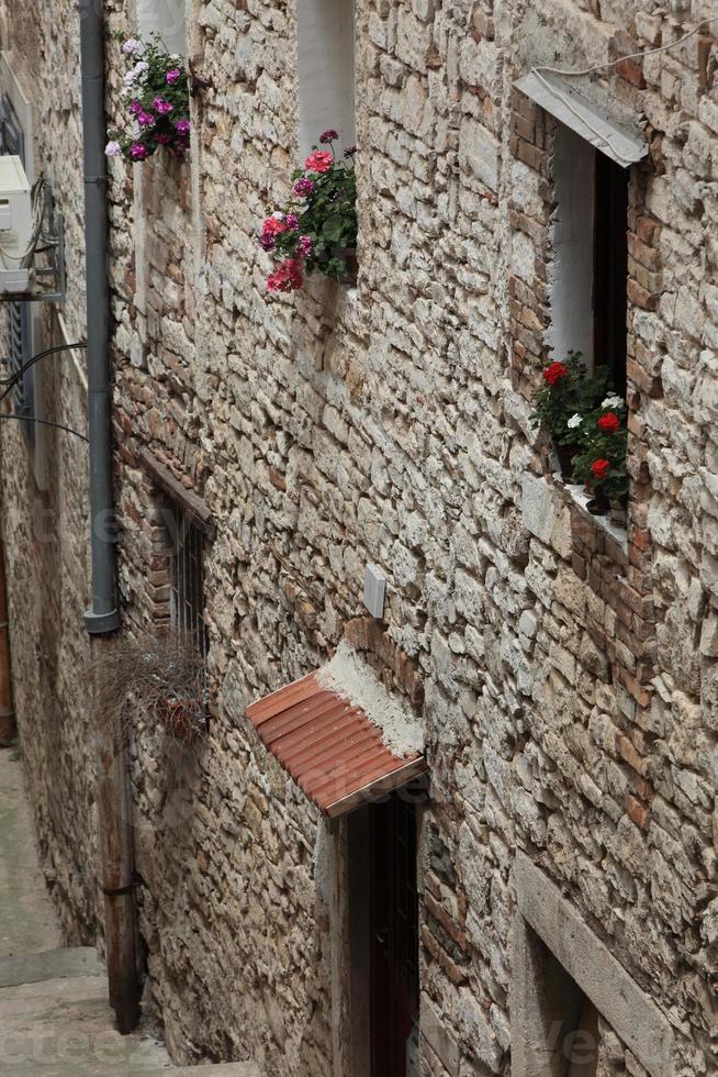 hausfassaden und fenster in der altstadt von pula en croacia foto