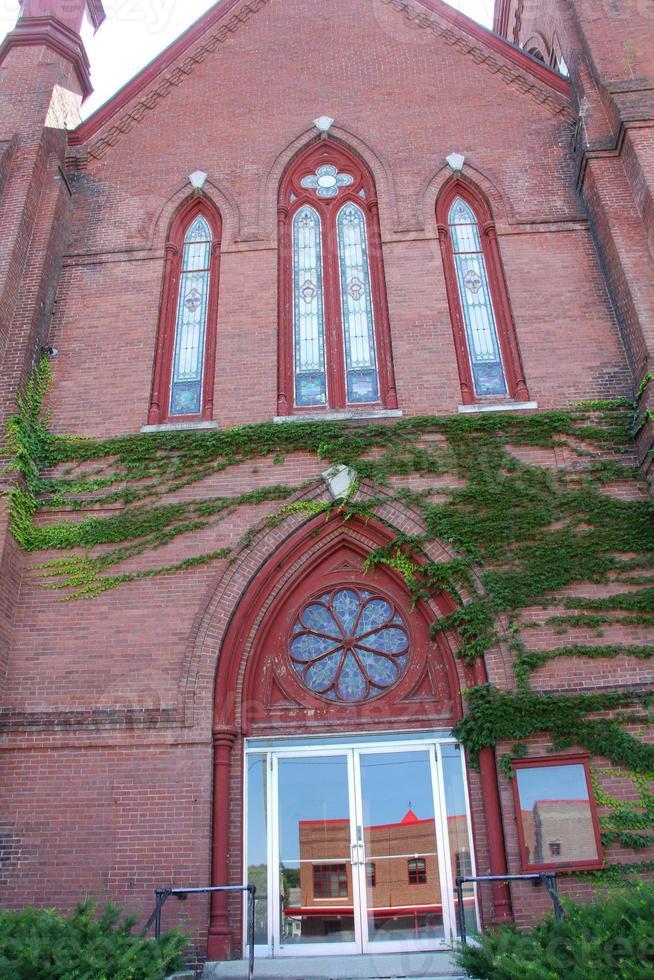 fachada de ladrillo rojo, ventanas ornamentadas, iglesia, centro de keene, new hampshire. foto
