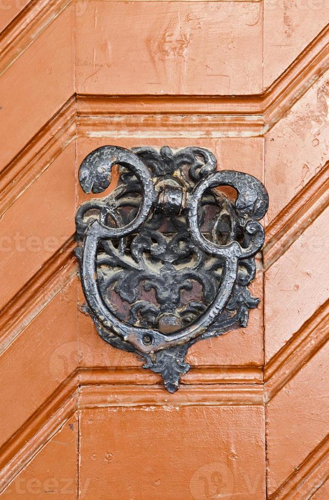 Puerta roja con adorno en puerta histórica foto