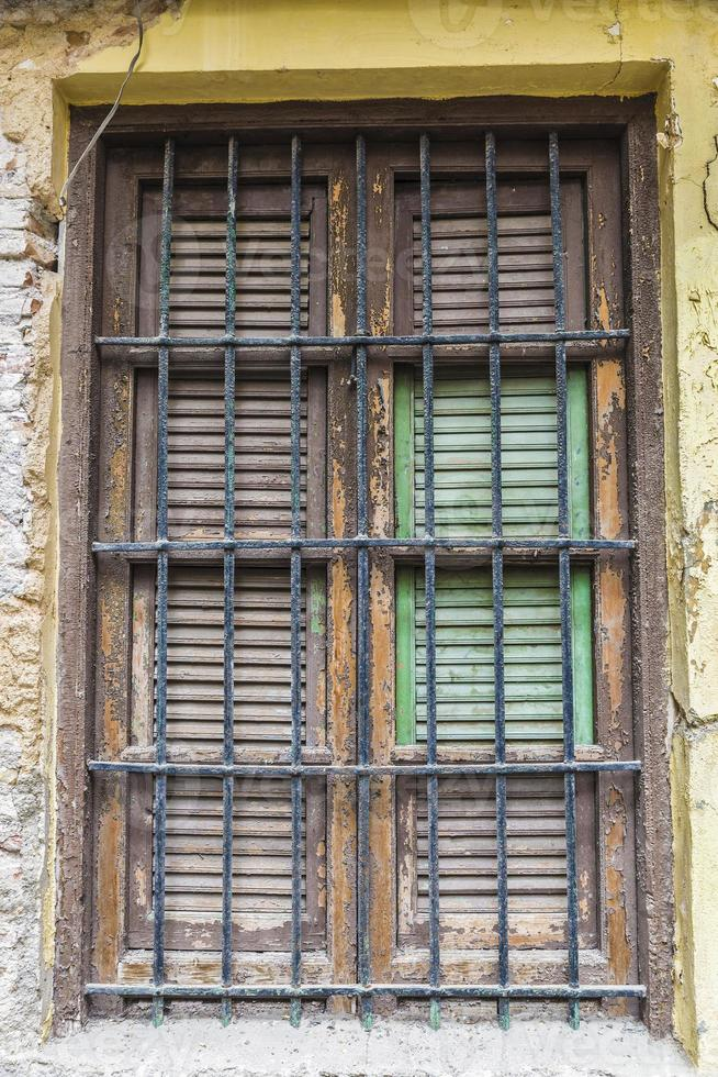 ventana de una vieja casa abandonada foto