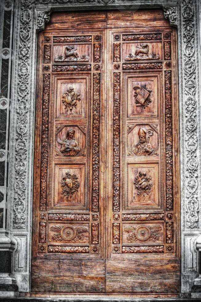 Desaturación selectiva de la puerta delantera de Santa Croce. foto
