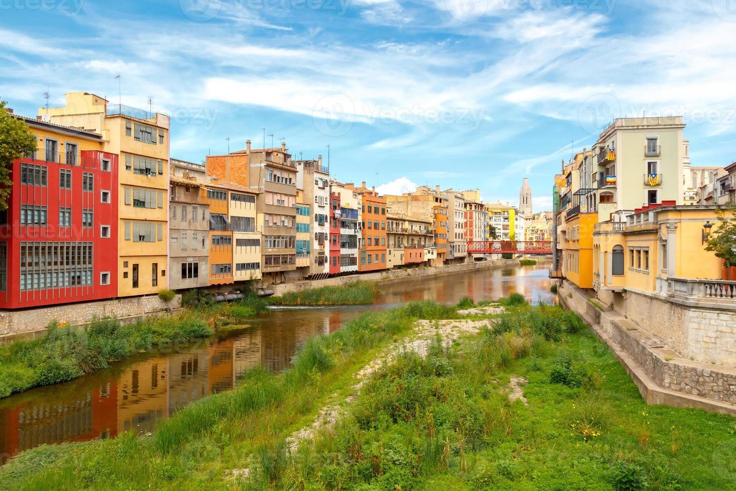 girona. fachadas multicolores de casas en el río onyar foto