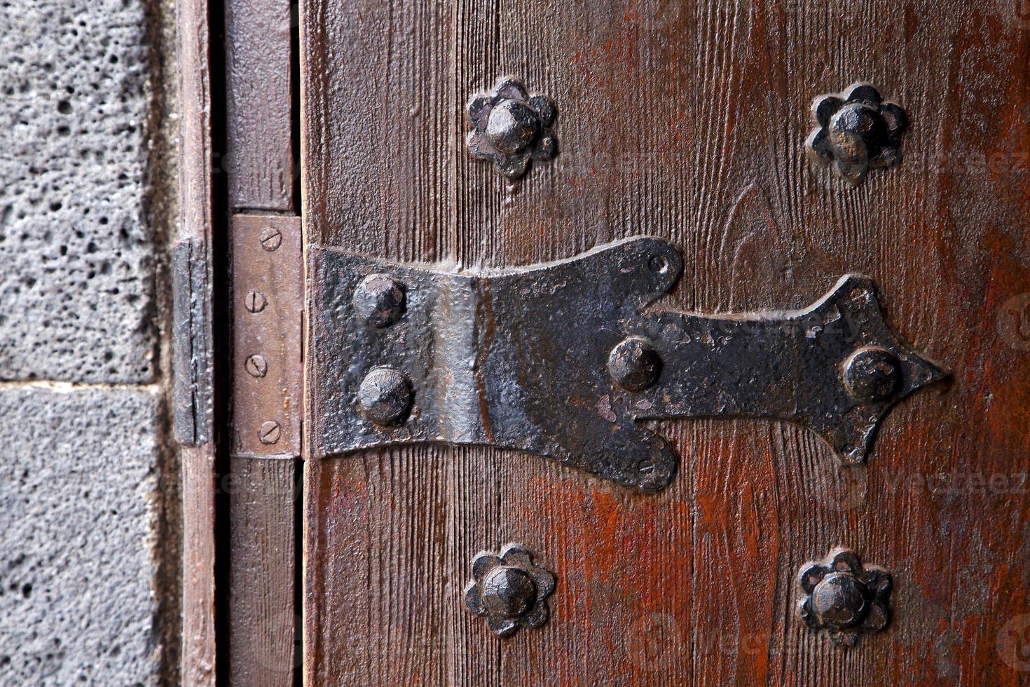 Bloquear España aldaba abstracto r madera en el rojo marrón foto