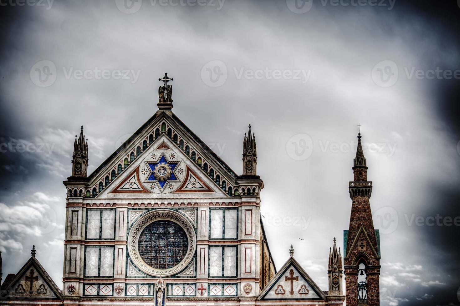 Santa Croce vista frontal bajo un espectacular cielo gris foto