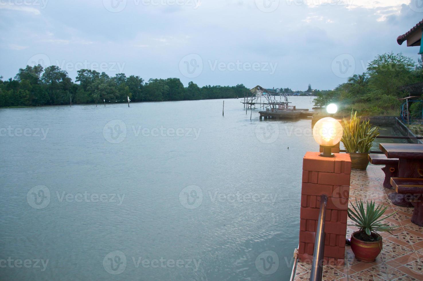 Farola en poste, fondo de agua foto