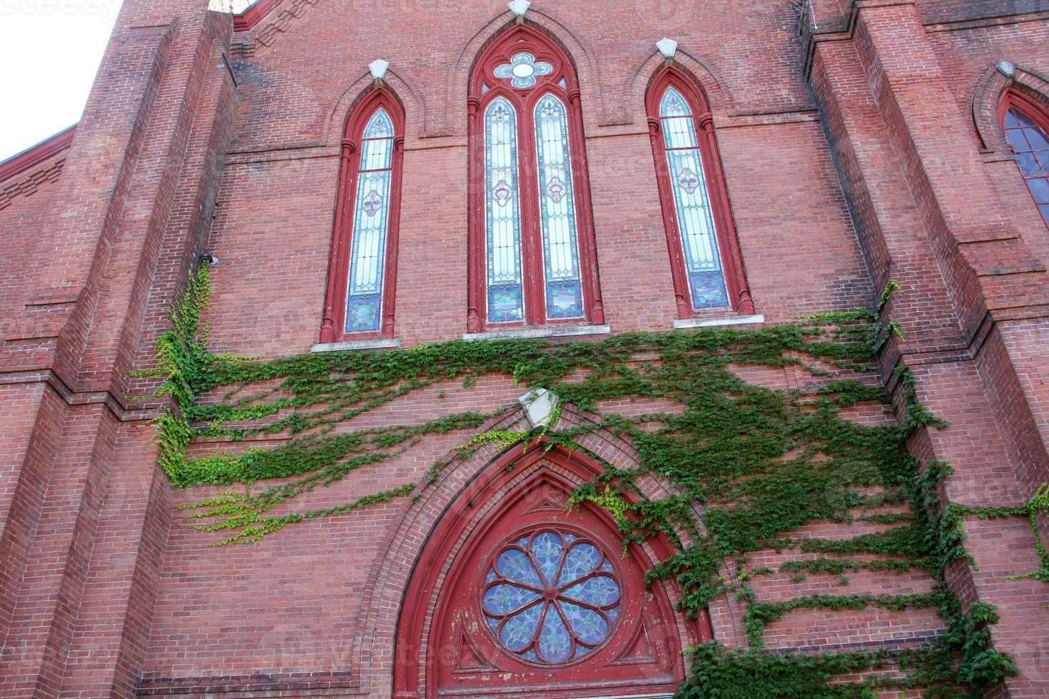 Ventanas ornamentadas de la iglesia metodista, en el centro de Keene, New Hampshire. foto