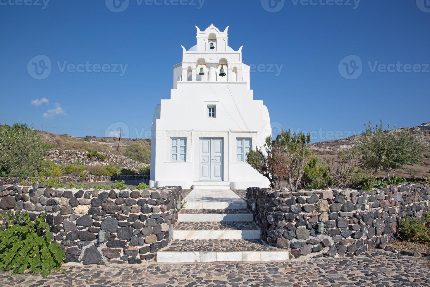 santorini - pequeña capilla sobre la costa sur de la isla. foto