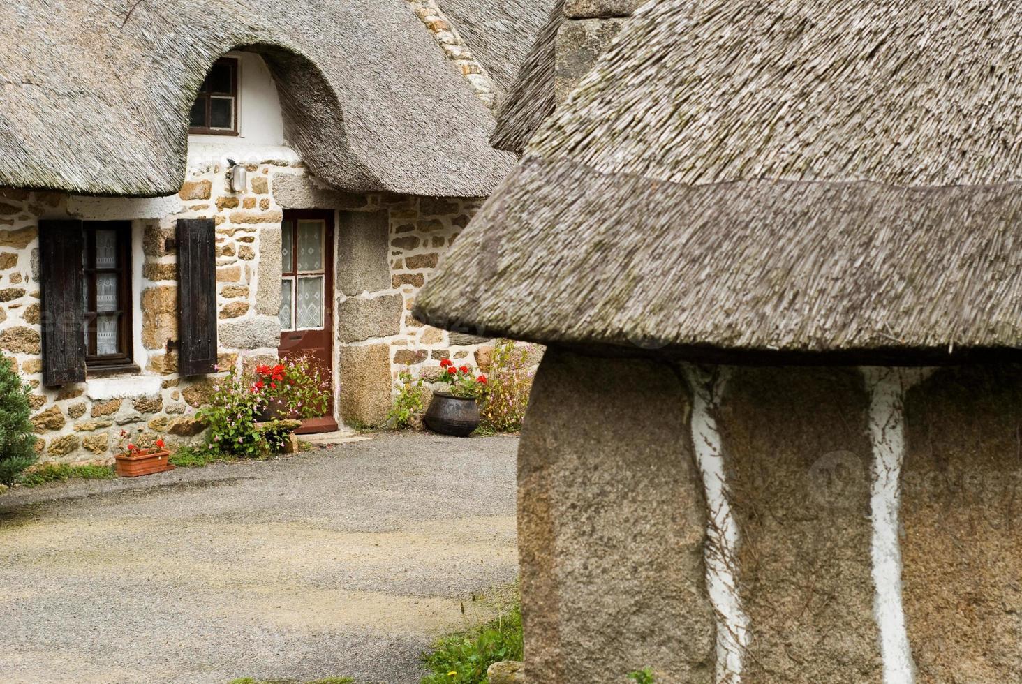 Casas de paja tradicionales en Bretaña Francia foto