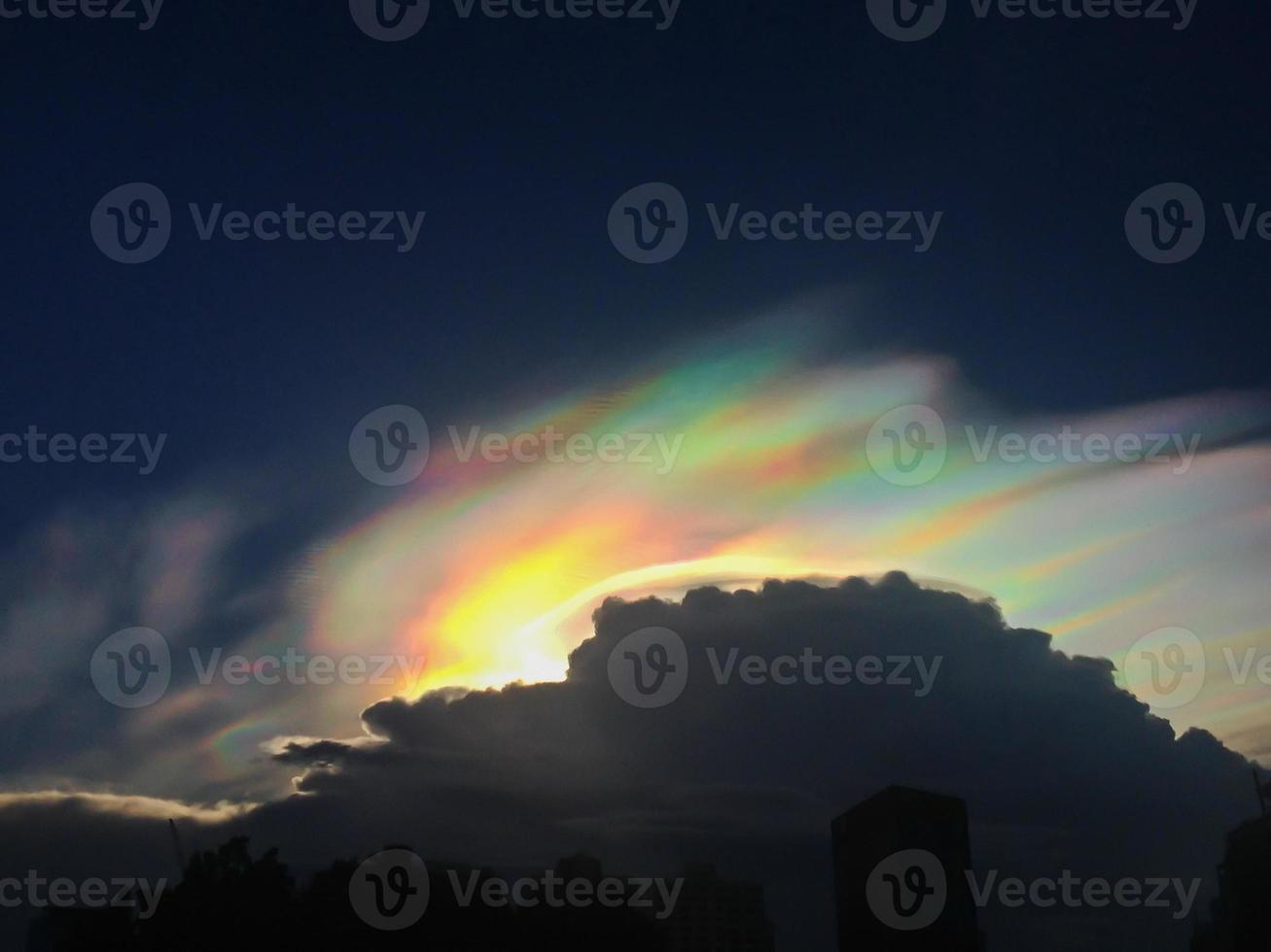 fenómeno de iridiscencia de nubes foto