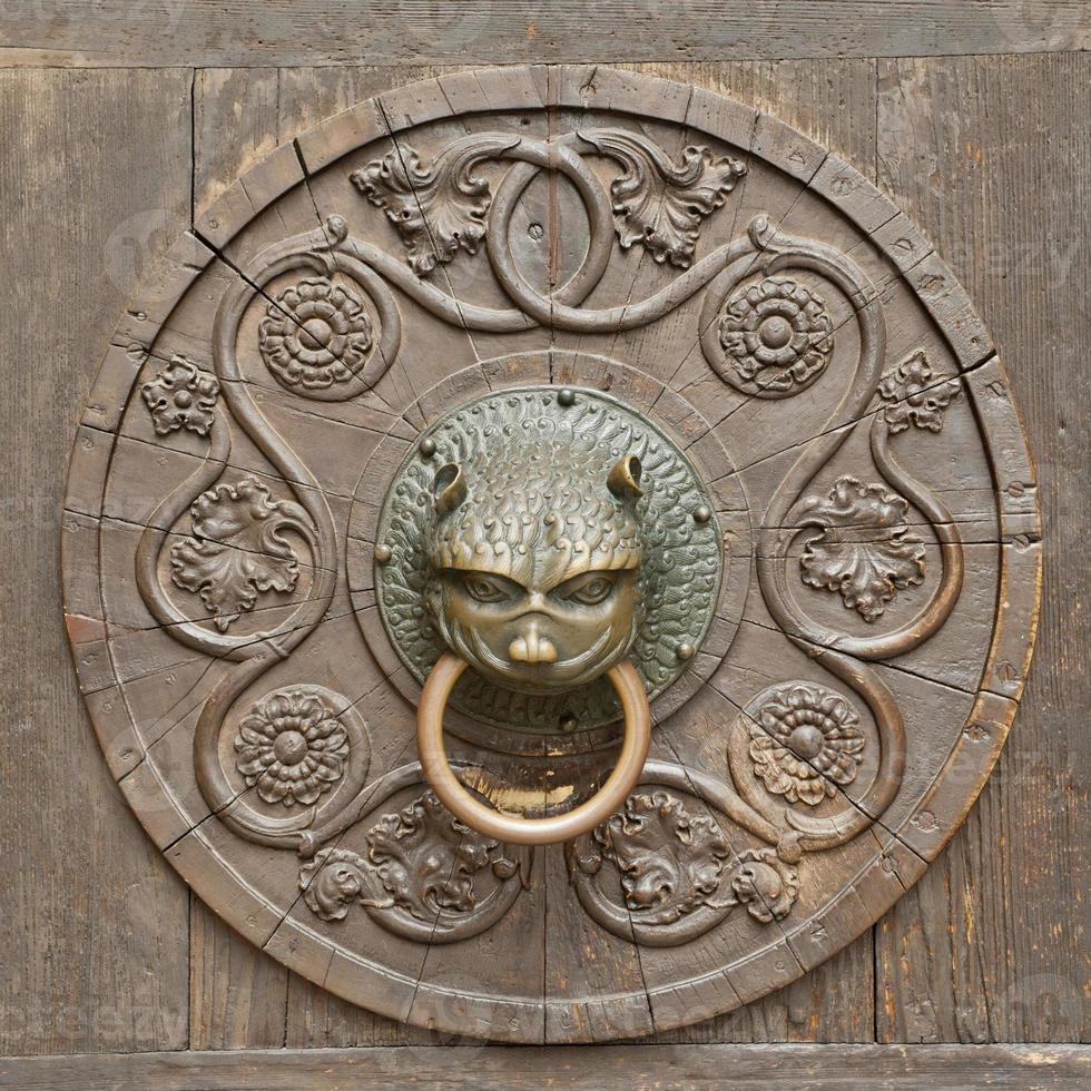 Fondo medieval grunge - martinete de puerta antigua oxidada foto