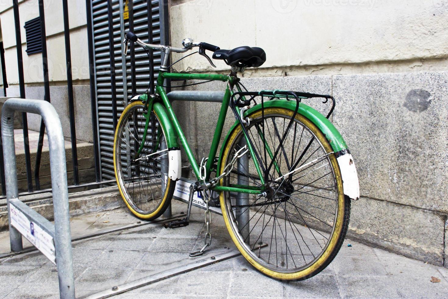 fiets in de stadsparking foto