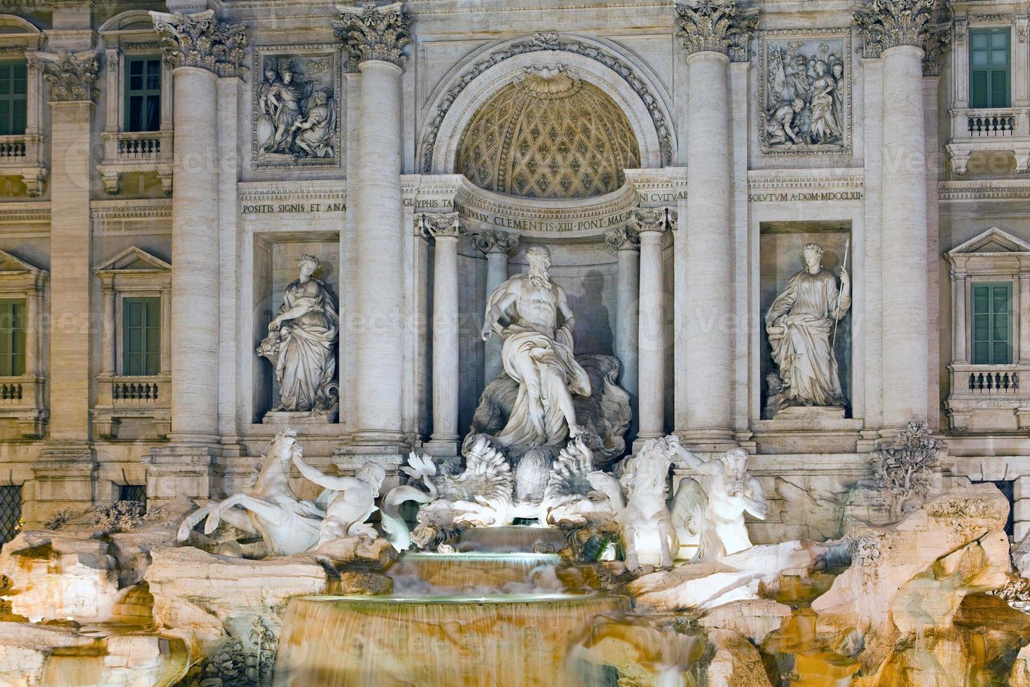 Italie. Rome. fontaine de trevi la nuit photo