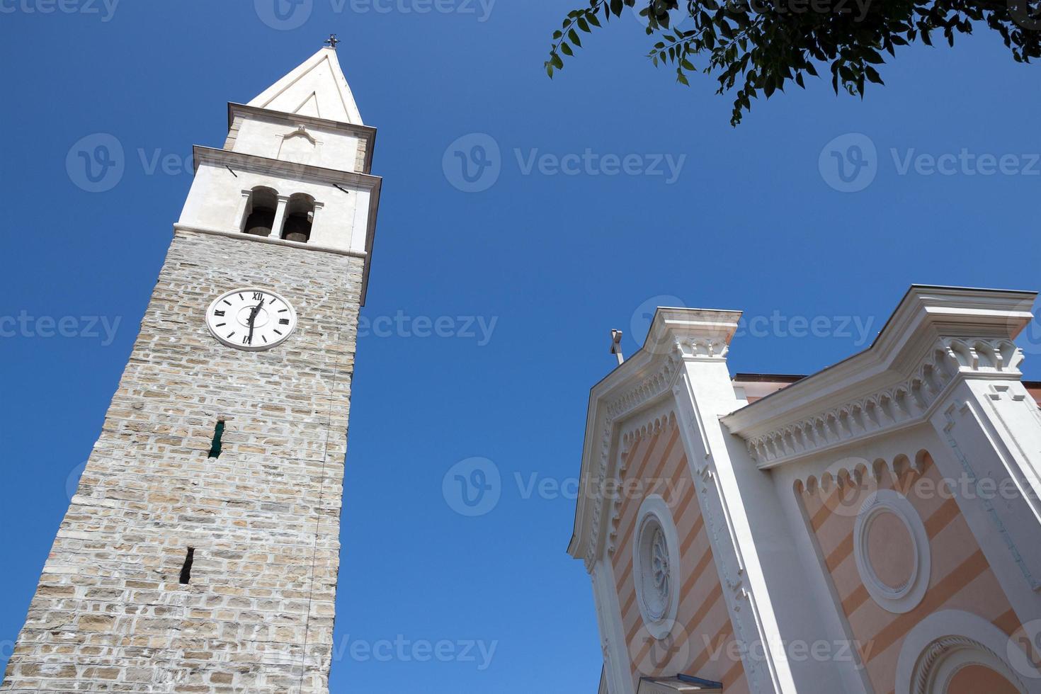 izola, el campanario e iglesia de st. maur - eslovenia foto