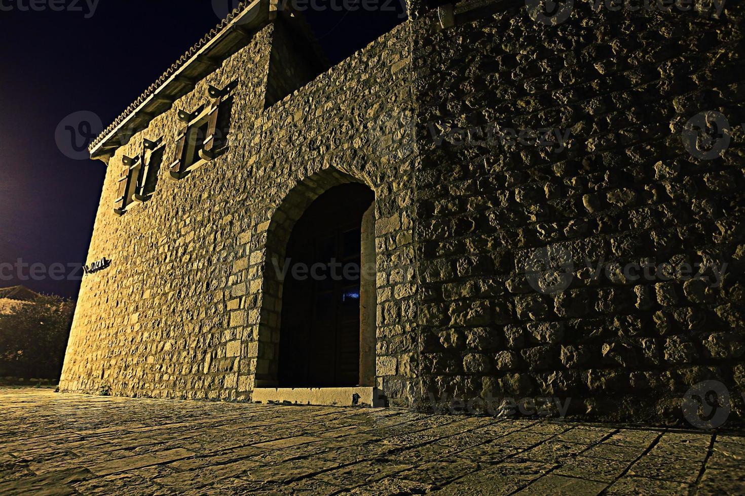 rue de nuit dans la forteresse en pierre de la vieille ville photo