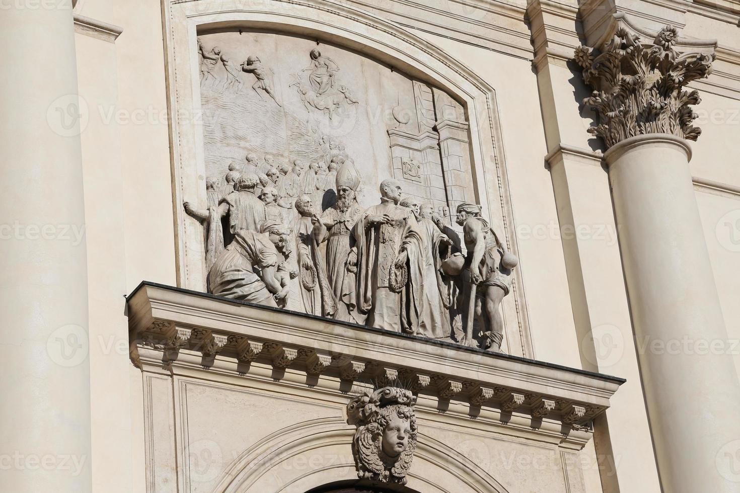muchas estatuas de la basílica monte berico foto