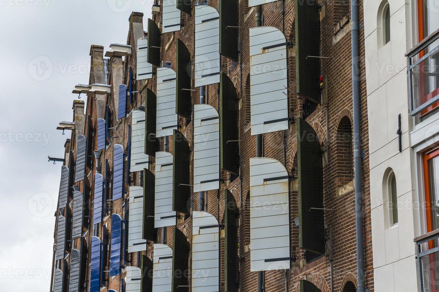 Stores en bois sur les maisons typiques d'Amsterdam photo