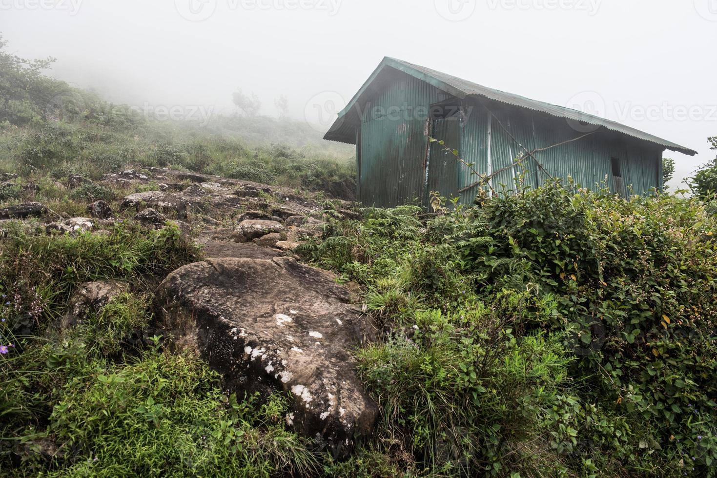 choza abandonada en la colina foto