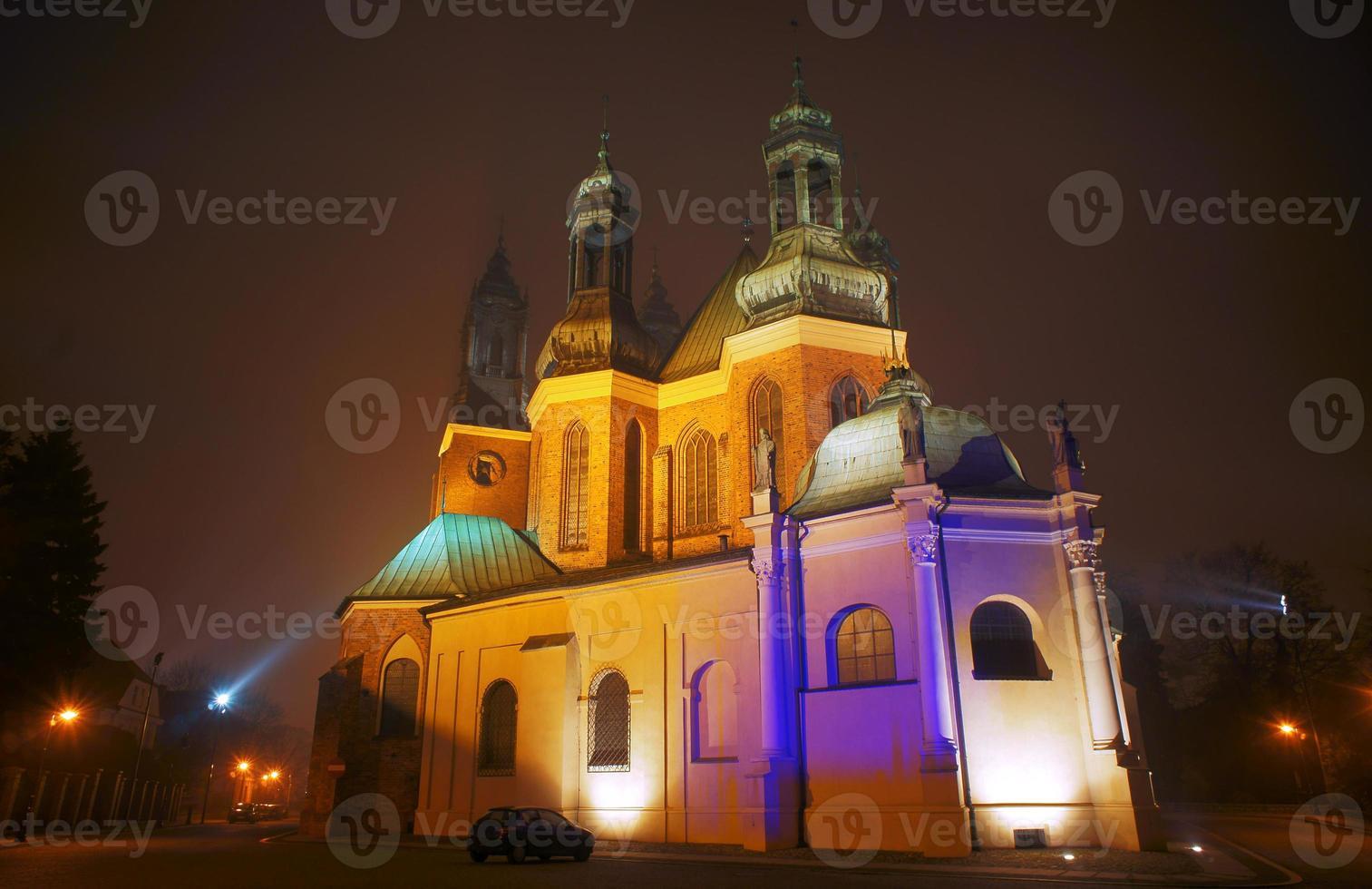 kathedraal kerk in mistige avond foto