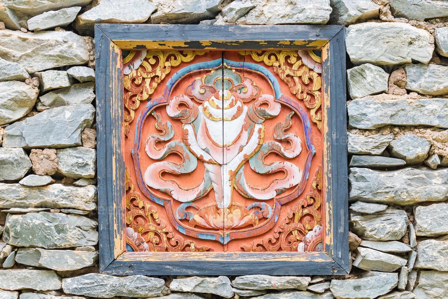 Ventana decorada tradicionalmente en piedra casa del Tíbet foto