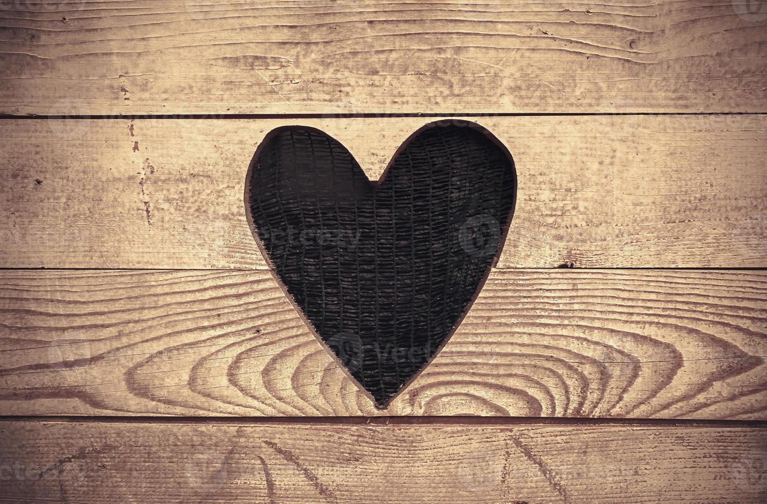 corazón en la pared de madera foto