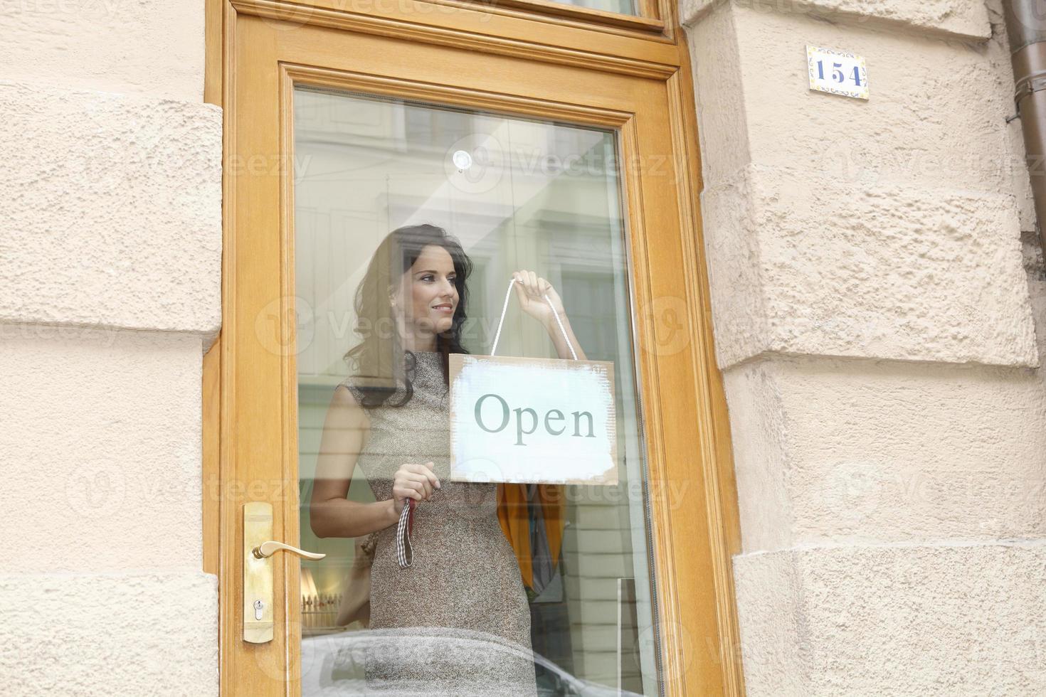 mujer con cartel abierto foto