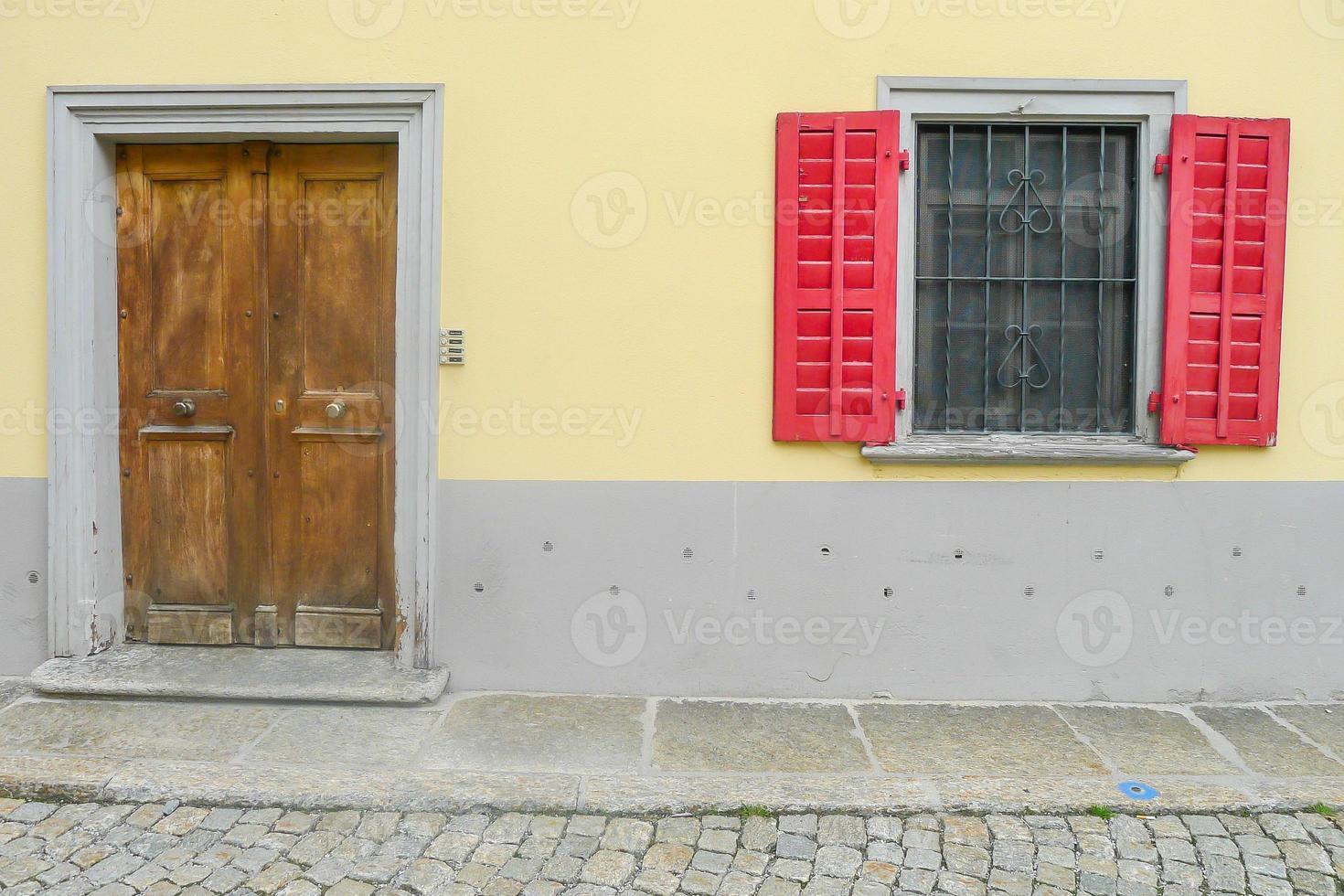 puerta y ventana de madera foto