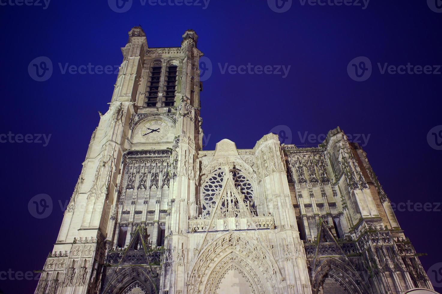 fachada gótica de la catedral de saint-pierre-et-saint-paul foto