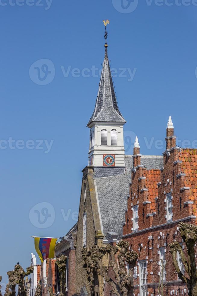 Torre de la iglesia y fachadas en el centro histórico de Sloten. foto