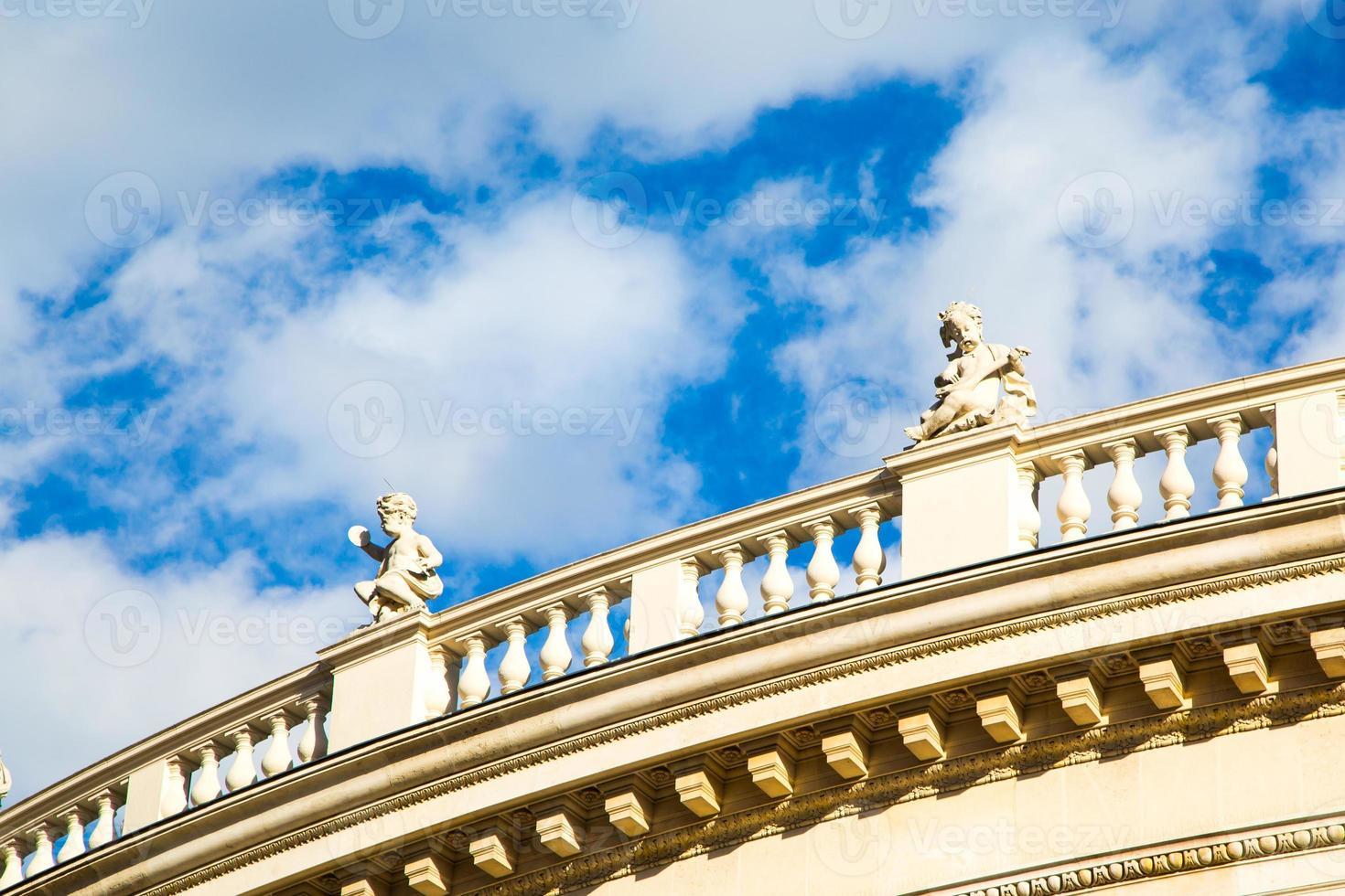 Fondo de cielo con estatuas en la fachada frontal del burgtheater foto