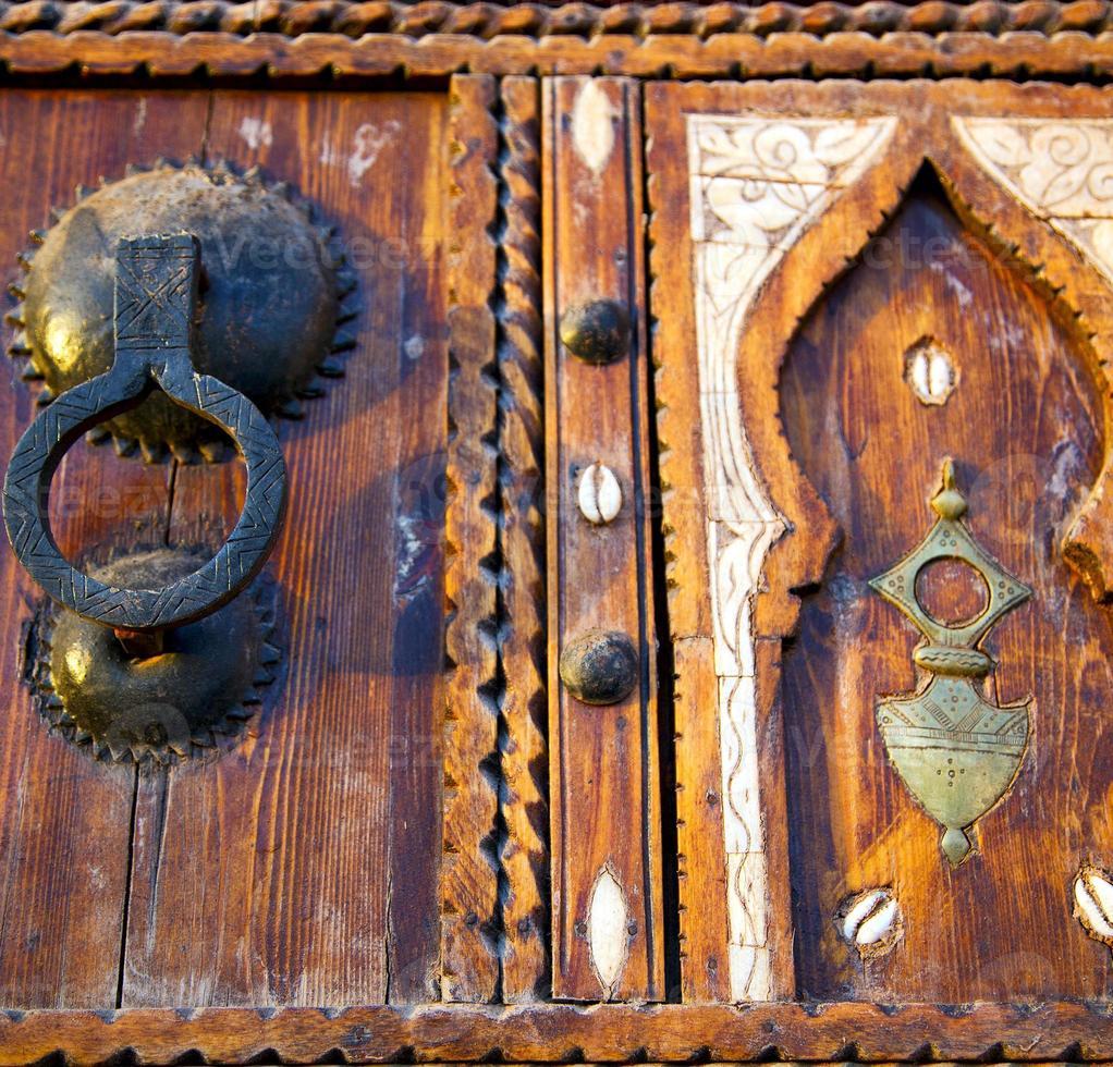 Shell marrón oxidado Marruecos en África la antigua fachada de madera foto