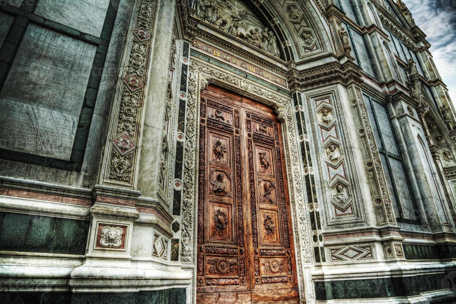 Puerta principal de Santa Croce en Florencia foto