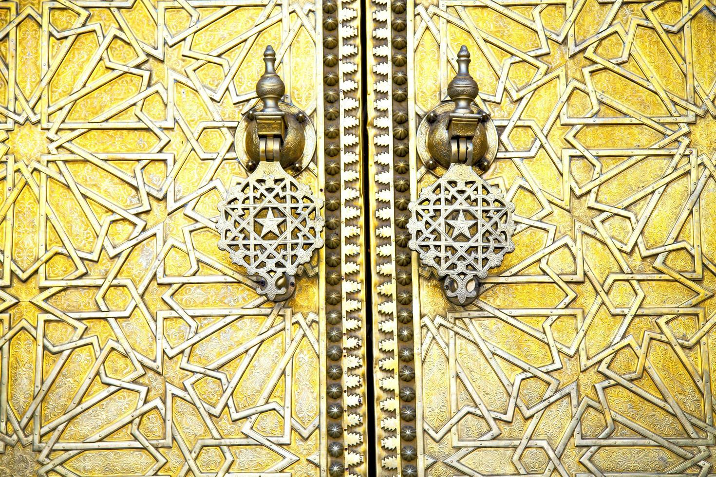 marruecos marrón oxidado de metal en estrella de oro de madera foto