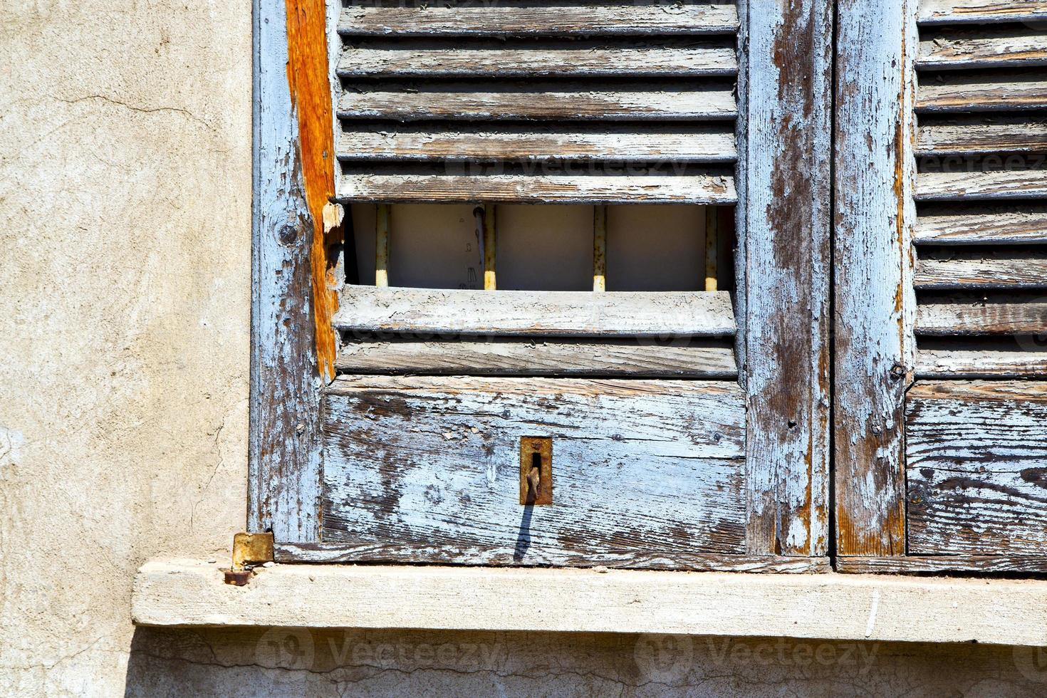 window  lonate  abstract      wood venetian blind in the concre photo