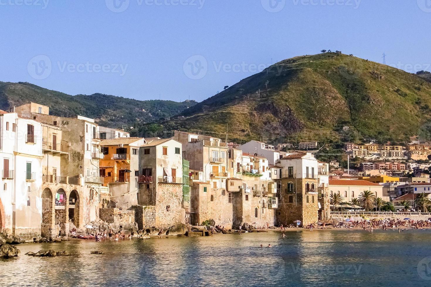Horizonte de Cefalù, pueblo turístico en el norte de Sicilia. foto