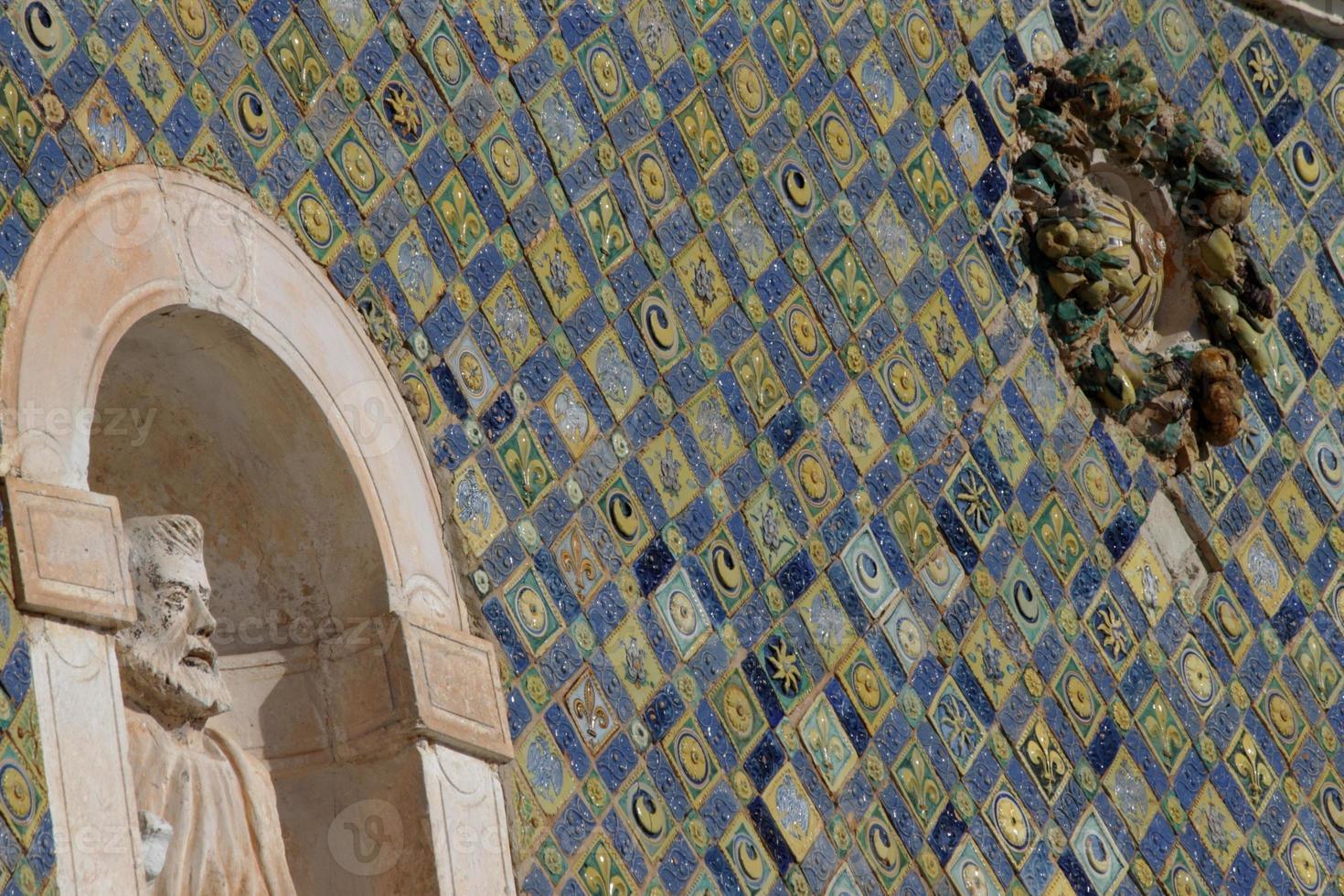 Azulejos de mayólica en la fachada de Santa Maria delle Grazie foto