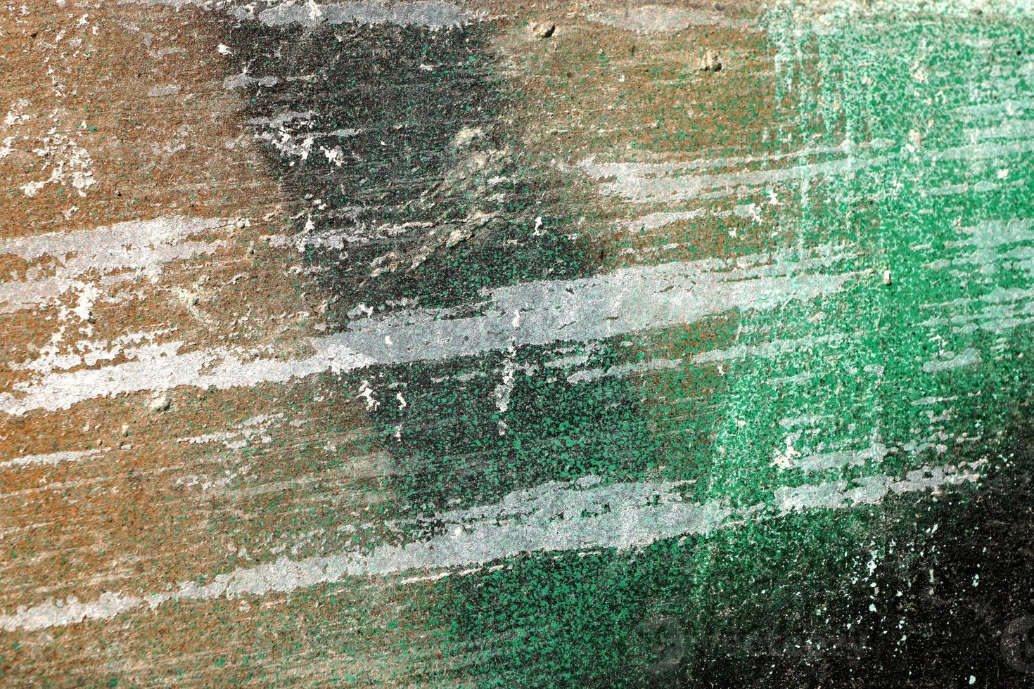 Superficie ronca, rayada y pelada con pintura verde y marrón. foto