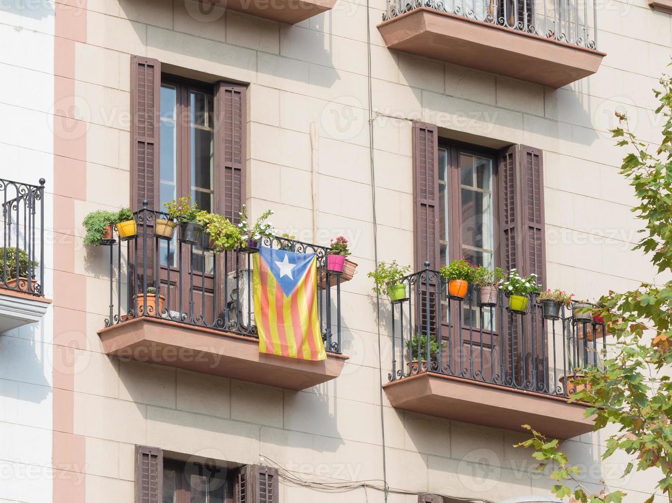 bandera nacionalista catalana en el balcón foto
