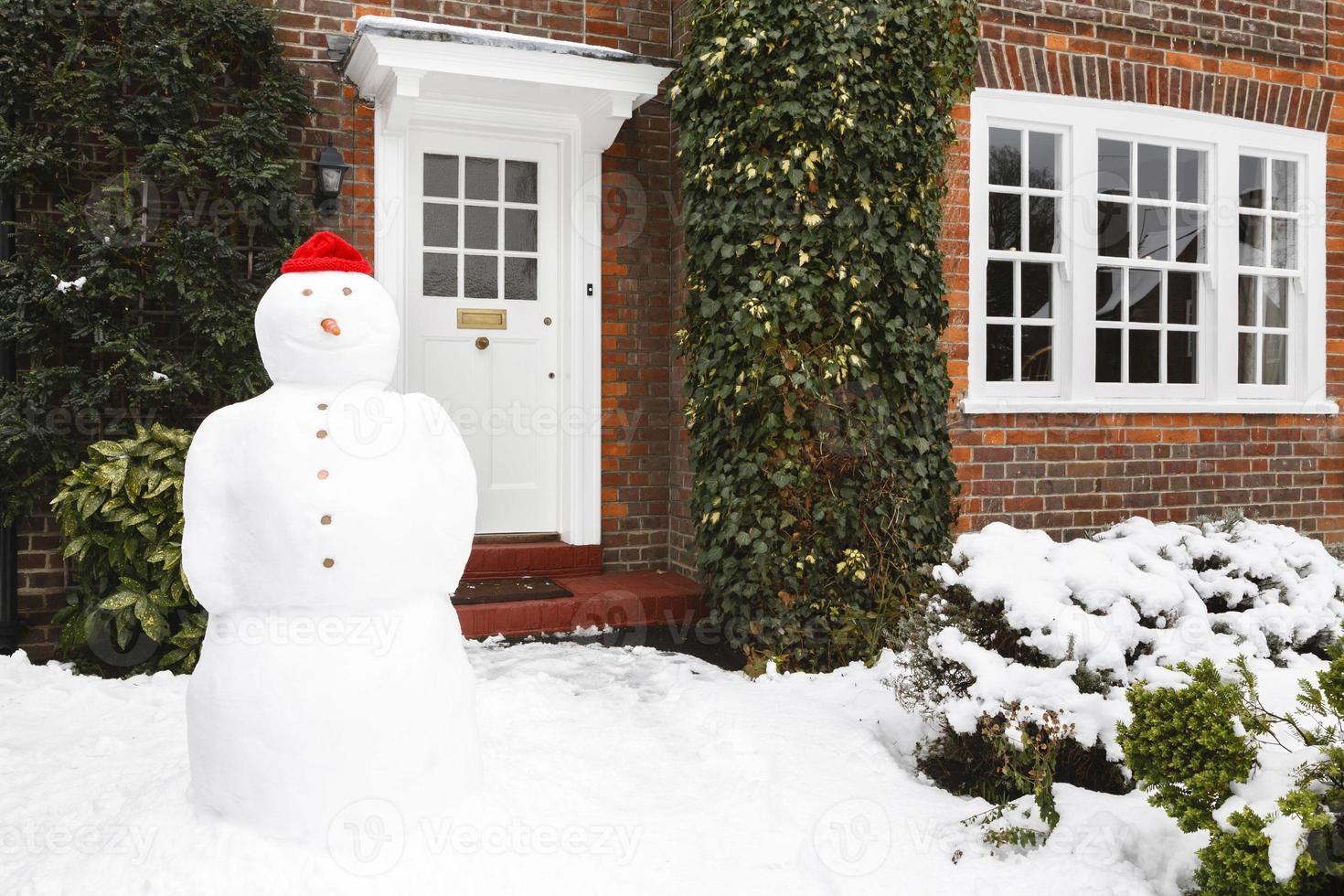 bonhomme de neige à l'extérieur de la maison photo