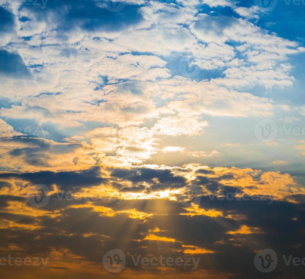 hermoso paisaje con nubes amanecer en la noche foto