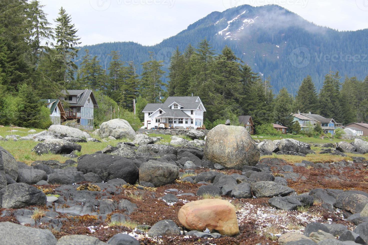 Casas frente al mar cerca de Petersburgo, Alaska foto